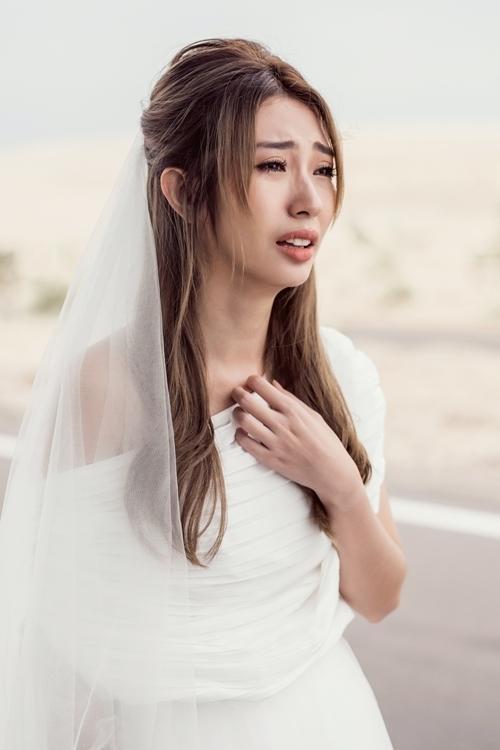 Cô dâu Khổng Tú Quỳnh thì lại đau khổ, khóc lóc và thậm chí là… bị xe tông qua đời.