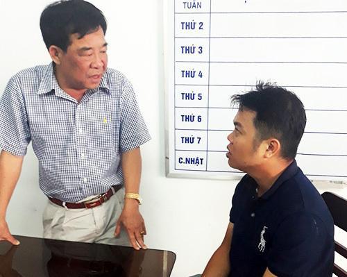 Đại tá Phan Đình Quân, Phó giám đốc Công an tỉnh Trà Vinh (trái) làm việc với nghi phạm Nguyễn Quốc Toàn. Ảnh: VNE