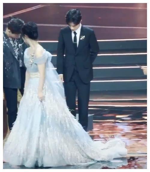 Lý Hiện và Tiêu Chiến bị chỉ trích khi không nâng váy giúp Dương Tử xuống sân khấu ảnh 6
