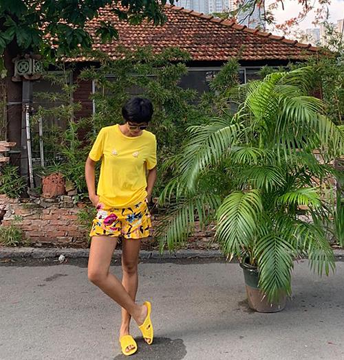H'Hen Niê cũng là một trong những mỹ nhân Việt yêu thích dép tổ ong vì sự giản đơn, thoải mái của nó.
