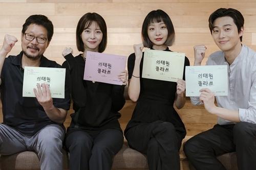 Đạo diễn cùng với dàn diễn viên chính tham gia bộ phim.