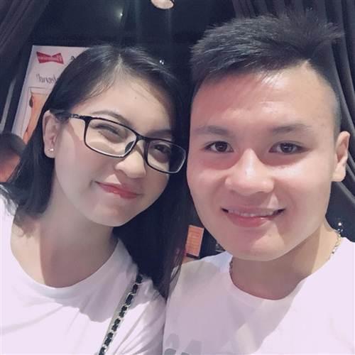Vừa yêu lại từ đầu, Quang Hải và Nhật Lê đã bị fan nghi ngờ chia tay.