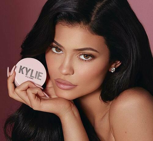 Đế chế mỹ phẩm Kylie Cosmetics với doanh thu hơn 900 triệu đô la Mỹ /1 năm