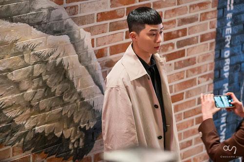 Những bức ảnh hậu trường của Park Seo Joon trong Tầng lớp Itaewon ảnh 7