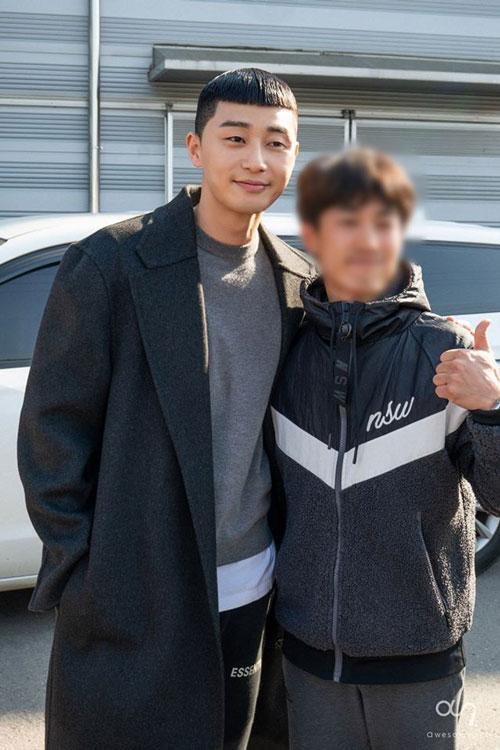 Những bức ảnh hậu trường của Park Seo Joon trong Tầng lớp Itaewon ảnh 11