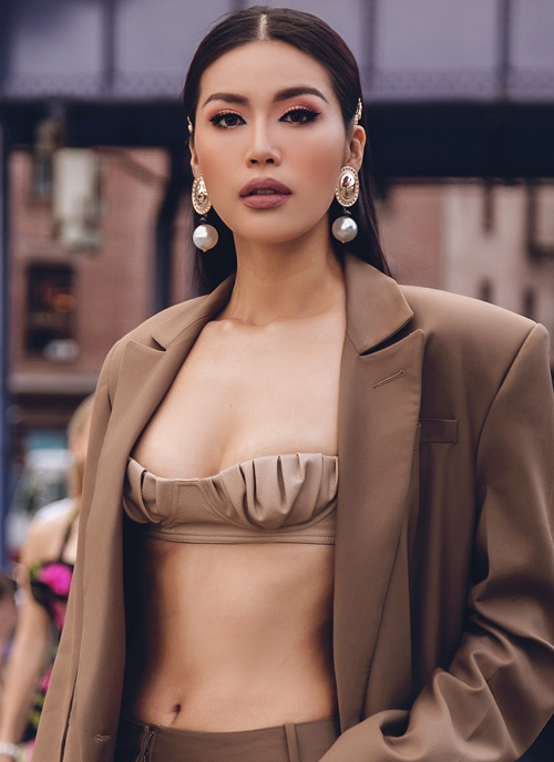 Thế nhưng, nếu nói về ngắn thì phải kể đến chiếc áo croptop nhỏ xíu mà Minh Tú từng diện tại New York. Cô nàng sử dụng thêm blazer khoác ngoài, giúp mình không bị phô bày quá nhiều da thịt.