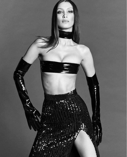 Xu hướng này bắt nguồn từ những chân dài nổi tiếng trên thế giới, đơn cử Bella Hadid cùng chiếc áo không che đậy được hết vòng 1.