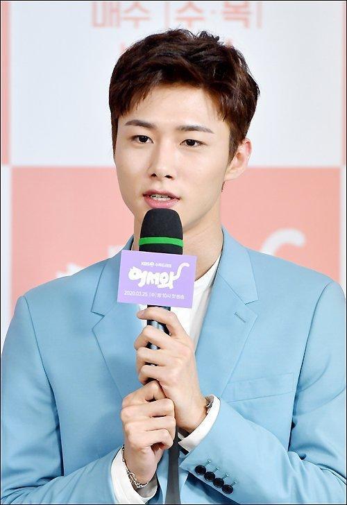 Shin Ye Eun tình tứ bên L (Infinite) tại họp báo phim giả tưởng chàng mèo hóa người ảnh 3