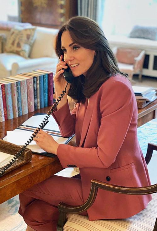 Hình ảnh mới nhất của Công nương Kate trên bàn làm việc của mình bên trong Điện Kensington trong bộ a6u phục màu hồng phấn của Marks & Spencer