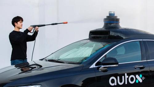 """Súng bắn nước áp lực cao được """"bắn"""" vào xe của AutoX để thử nghiệm cảm biến. (Ảnh: Handout)"""