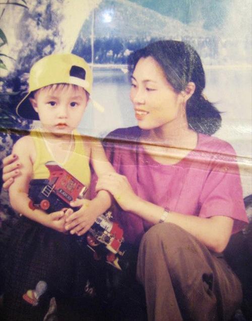 Bức ảnh nam ca sĩ gốc Thái Bình chụp cùng mẹ khi còn nhỏ, có thể thấy dù không trang điểm cầu kỳ nhưng mẹ nam ca sĩ vẫn toát lên vẻ đẹp thanh tú.