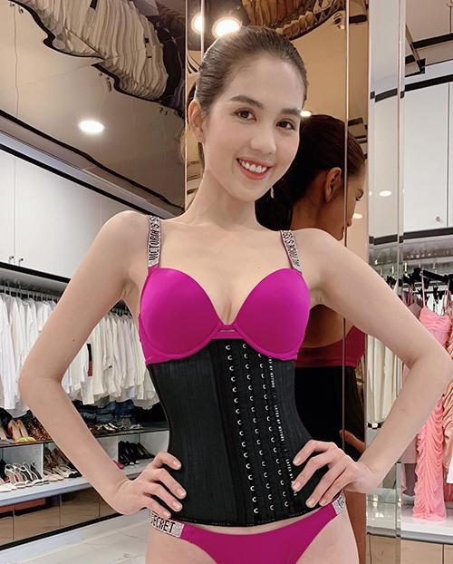 Là một tín đồ của gym, dance, kèm theo đó là chế độ ăn uống kiêng khem cùng việc đeo corset giữ dáng, không quá khó hiểu vì sao cô nàng sở hữu những con số chuẩn đến ngạc nhiên.