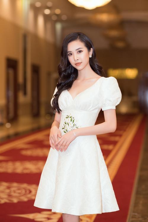 Lương Thùy Linh - Tường San - Thúy An cùng diện váy trắng tinh khôi, đẹp rạng ngời khiến fan thương nhớ Ảnh 6