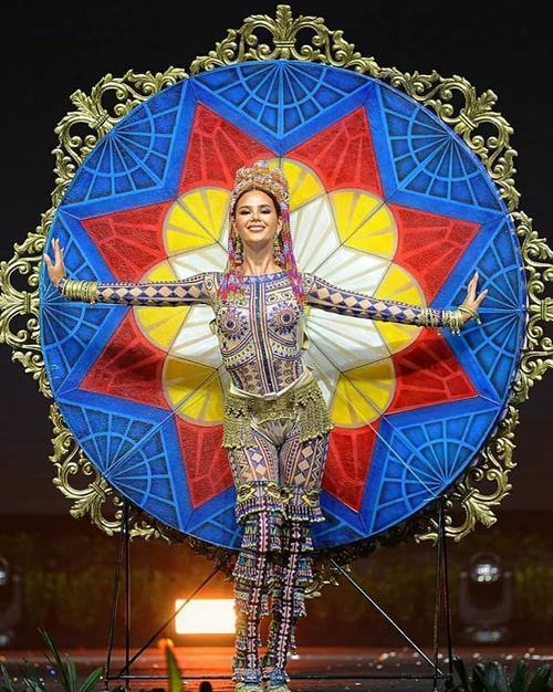 Trang phục dân tộc của Khánh Vân bí ném đá vì 'đạo nhái' National Costume Catriona Gray Ảnh 4