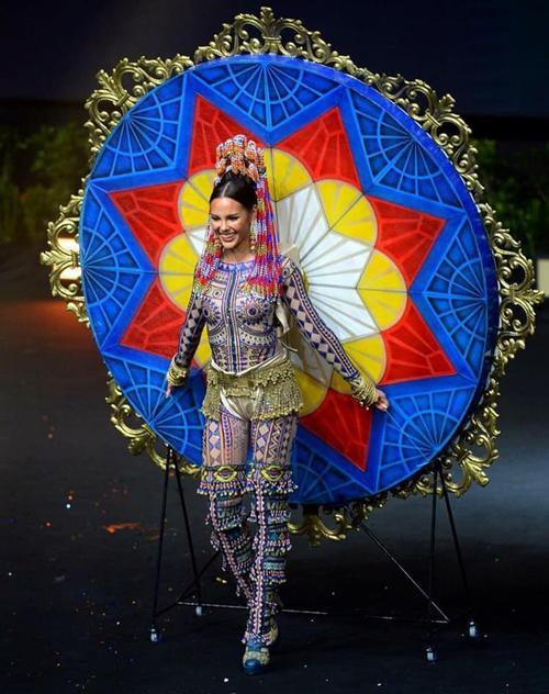 Trang phục dân tộc của Khánh Vân bí ném đá vì 'đạo nhái' National Costume Catriona Gray Ảnh 5