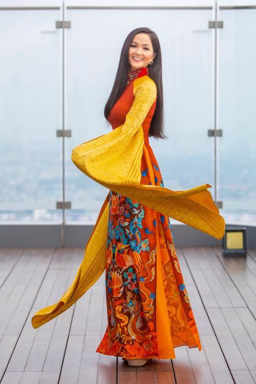 H'Hen Niê - Phương Khánh - Tiểu Vy diện áo dài cầu kì không kém National Costume thi quốc tế Ảnh 1