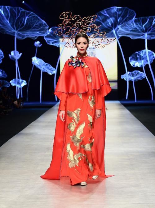 H'Hen Niê - Phương Khánh - Tiểu Vy diện áo dài cầu kì không kém National Costume thi quốc tế Ảnh 11