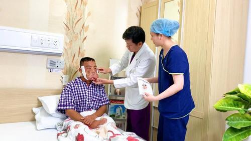 Anh Mến với gương mặt khác lạ, bác sĩ Tú Dung 'trần tình' Ảnh 2