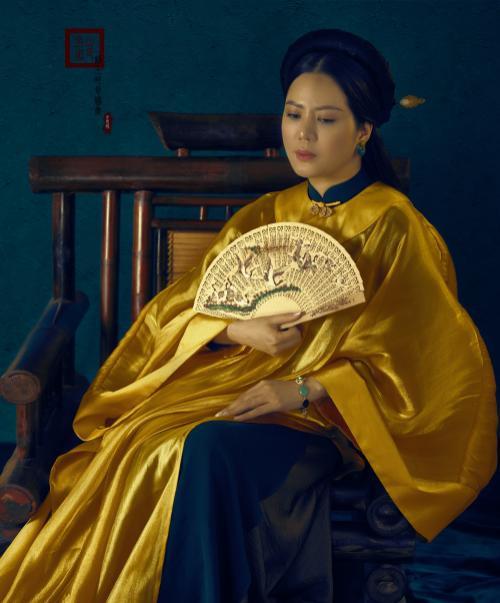 Đinh Hiền Anh hóa thân thành quý cô đương đại với áo dài Ảnh 1