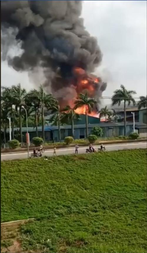 Cháy cực lớn kèm nhiều tiếng nổ ở kho hoá chất, nhiều người sợ hãi tháo chạy ra ngoài Ảnh 1