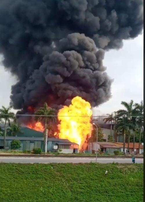 Cháy cực lớn kèm nhiều tiếng nổ ở kho hoá chất, nhiều người sợ hãi tháo chạy ra ngoài Ảnh 2