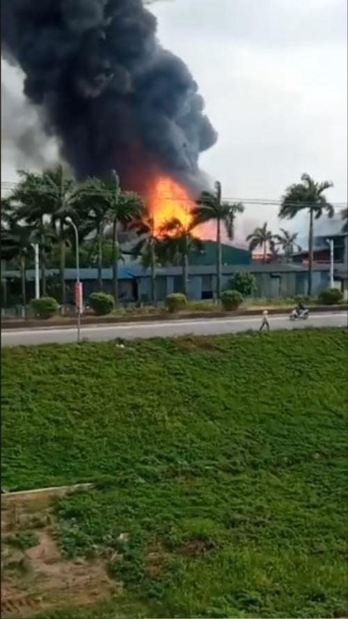 Cháy cực lớn kèm nhiều tiếng nổ ở kho hoá chất, nhiều người sợ hãi tháo chạy ra ngoài Ảnh 3