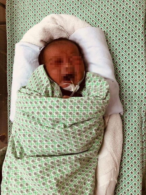 Khởi tố người mẹ nhẫn tâm vứt con trai mới sinh xuống hố gas, bé tử vong sau hơn 20 ngày giật sự sống Ảnh 4