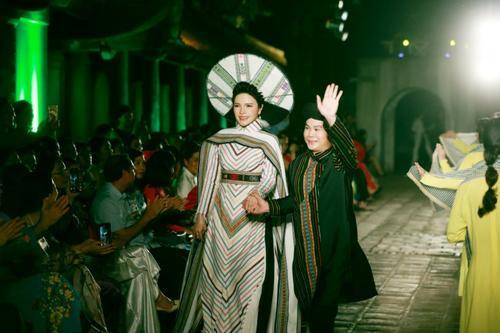 Á hậu Nga Queen tỏa sáng trong vai trò vedette giới thiệu Áo dài – Di sản văn hóa Việt Nam' Ảnh 1