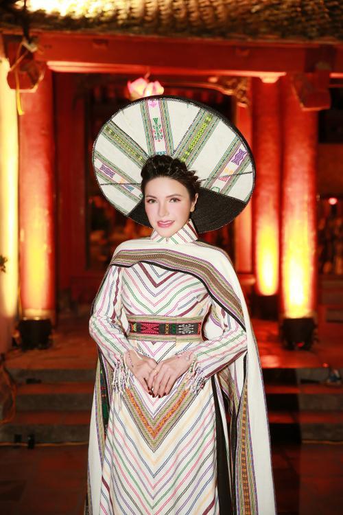 Á hậu Nga Queen tỏa sáng trong vai trò vedette giới thiệu Áo dài – Di sản văn hóa Việt Nam' Ảnh 2