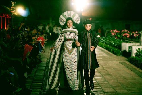 Á hậu Nga Queen tỏa sáng trong vai trò vedette giới thiệu Áo dài – Di sản văn hóa Việt Nam' Ảnh 7