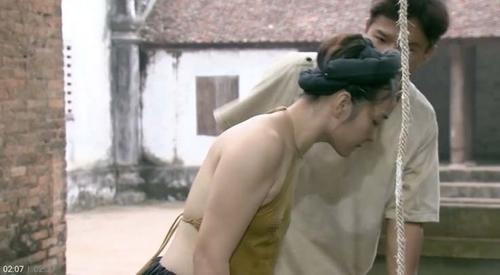 Mỹ nhân Việt nhận 'gạch đá' khi mặc phản cảm trên sóng truyền hình Ảnh 8