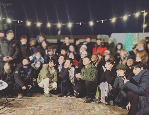 V (BTS) chụp ảnh chung với đoàn phim Itaewon Class trong buổi ghi hình cuối cùng ảnh 0