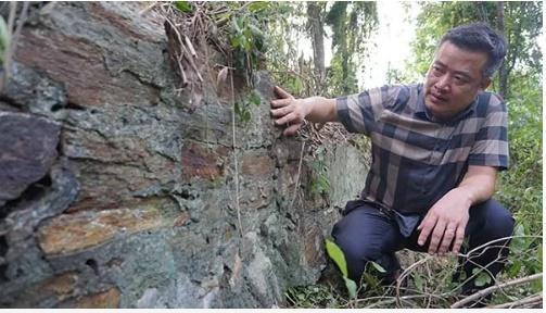Nền móng những căn biệt thự cổ vừa được phát hiện trên núi Trường Lệ (Sầm Sơn). Ảnh:Lê Hoàng.