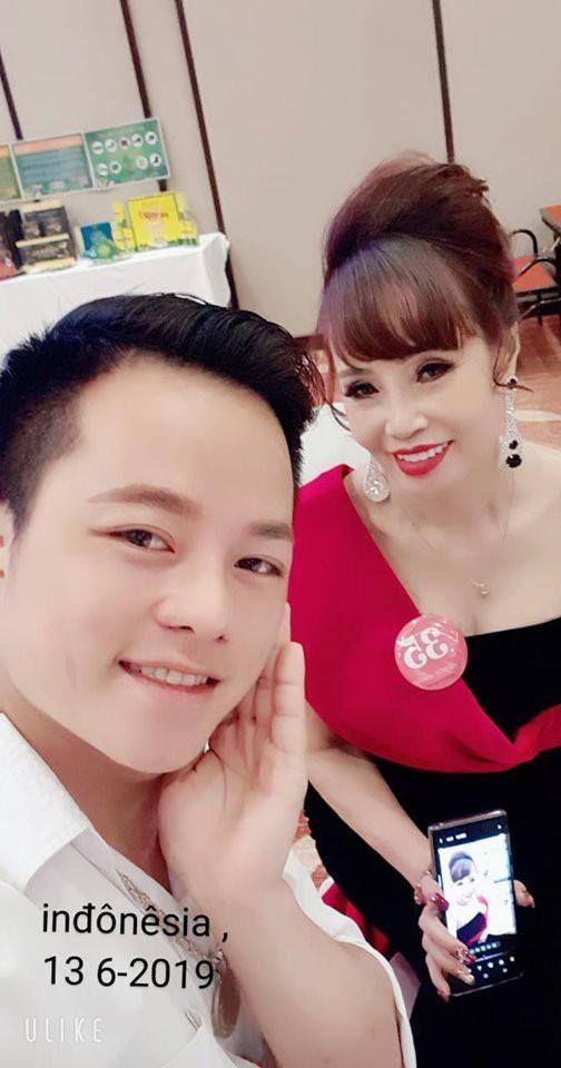 """Hoa Cương tháp tùng chị Sao đi thi """"Hoa hậu Doanh nhân"""" ở Indonesia."""