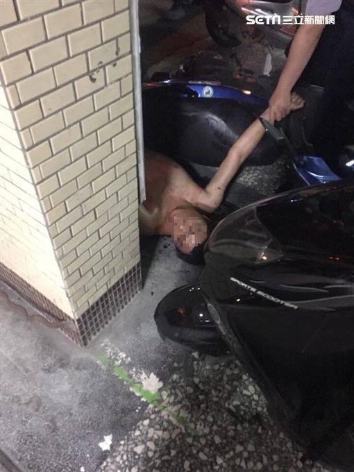 Người đàn ông khỏa thân bị bắt giữ ngay sau đó.