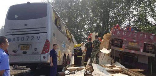 Hiện trường vụ tai nạn xe buýt đâm xe tải khiến ít nhất 36 người chết ở Giang Tô.