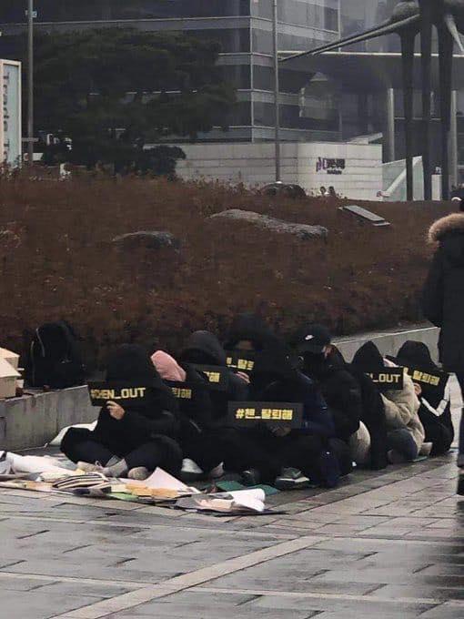 Nhóm fan khoảng 8 người ngồi dưới mưa biểu tình yêu cầu Chen rời nhóm