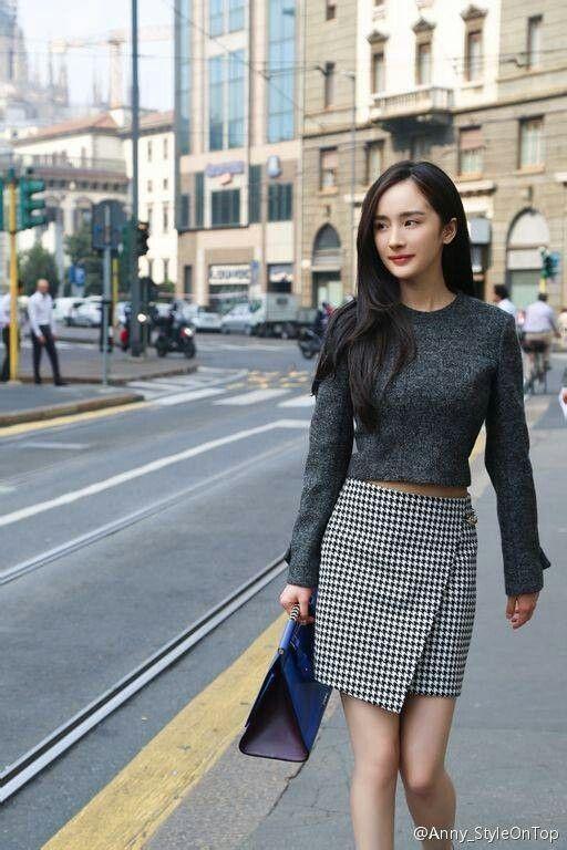 Bộ cánh thanh lịch với áo len tay dài mix cùng váy suông khi cô dạo phố đến một sự kiện