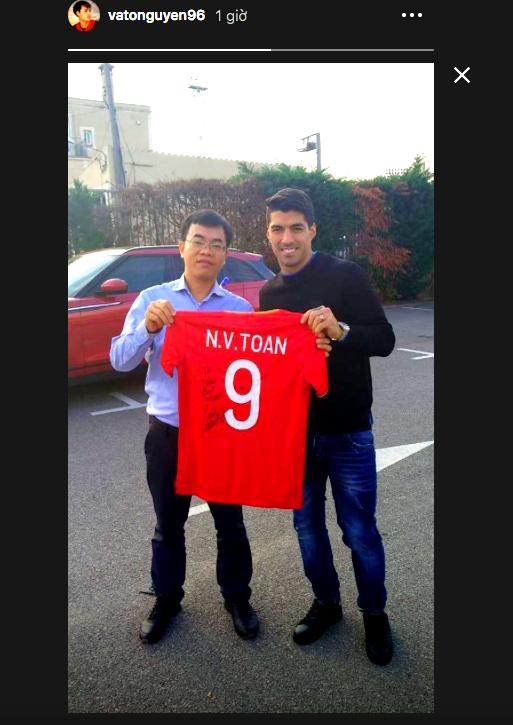Văn Toàn được Suarez ký tặng. (Ảnh chụp màn hình)