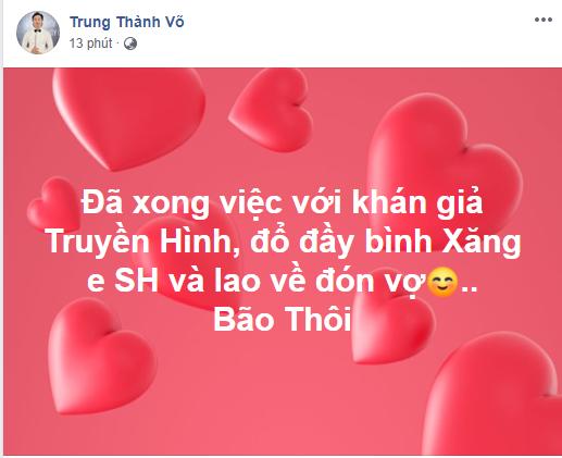MC Thành Trung cũng quyết định hòa mình vào niềm vui chiến thắng của đội tuyển Việt Nam.