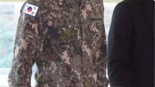 Nam ca sĩ bị phát hiện đeo ngược cờ tổ quốc.