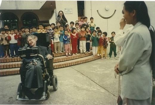 Stephen Hawking biểu diễn điều khiển xe lăn chỉ bằng một nút bấm cho trẻ em ở làng S.O.S xem.