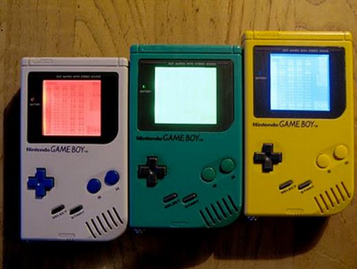 """Vào những năm 90, Gameboy chính là thiết bị điện tử cầm tay tiêu biểu nhất hỗ trợ nền tảng game 8-bit. Mặc cho màn hình đơn sắc, thiết kế cồng kềnh và loa thì bé tí, Gameboy đời đầu của Nintendo vẫn hút hàng triệu fan trên toàn thế giới. Có thể nói Gameboy chính là thiết bị chơi game """"huyền thoại"""" được yêu thích nhất cho đến tận ngày nay."""