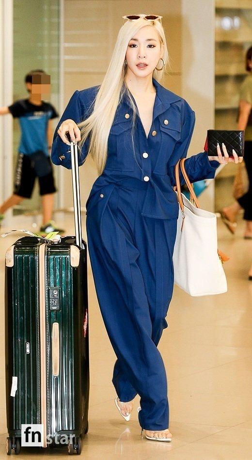Irene tựa nữ thần, Tiffany (SNSD) áp đảo thần thái của Red Velvet và TWICE tại sân bay ảnh 2