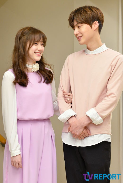 Goo Hye Sun tiết lộ Ahn Jae Hyun cố gắng bỏ chạy sau nụ hôn đầu: Chị điên rồi! ảnh 1