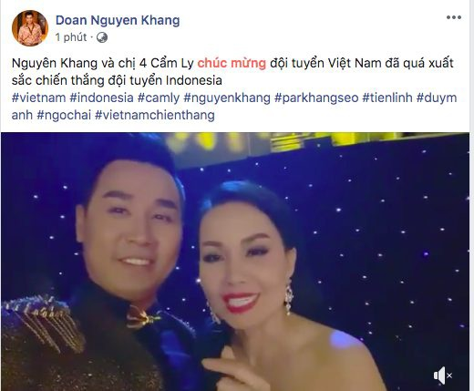MC Nguyên Khang đang cùng ca sĩ Cẩm Ly tham gia một chương trình. Cả hai đã quay clip và gửi lời chúc mừng tới chiến thắng của ĐTVN.