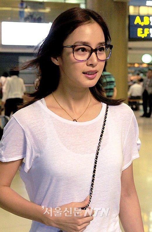 Hình ảnh hiếm hoi của Kim Tae Hee với cặp mắt kính giả cận không tròng nổi bật lên gương mặt nhỏ nhắn, thanh tú của cô