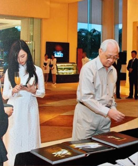 Hình ảnh Anh Sa bên cạnh ông ngoại của mình vô tình được phóng viên chụp trong một event trước đây được Hoa hậu Giáng My chia sẻ lại