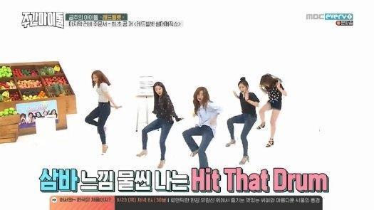 Red Velvet đang thực hiện phần nhảy random trong chương trình và có thể thấy vũ đạo không được đều nhau.