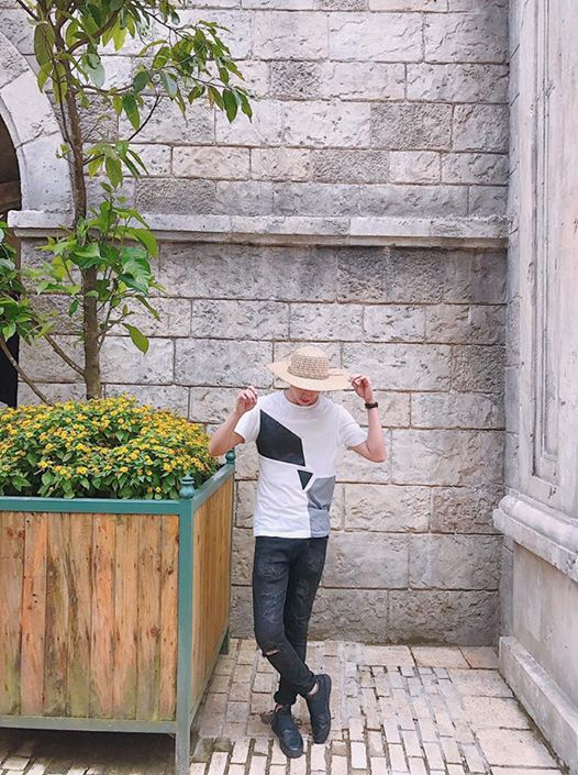 Bên cạnh mẹ và em gái Angela Phương Trinh, nhiều fan còn nhận ra Võ Cảnh cũng có mặt trong chuyến du lịch này.